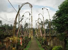 各家の門口に立てられた竹飾りペンジョール