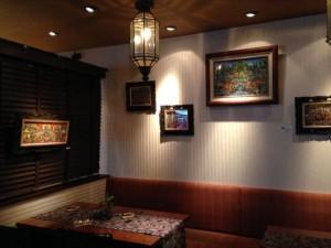 ソファ席には極彩色でポップな作風に元気がでる作品を展示しています