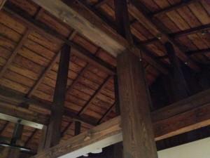 天井の梁にも時代を感じる