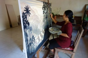 アトリエで制作中の画家