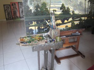 アトリエにある愛用の道具。朝のうちにキャンバスに向かいます