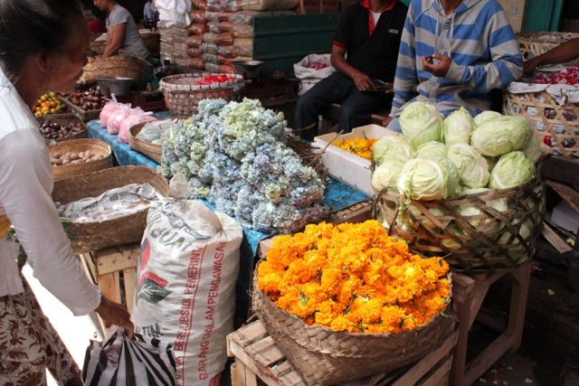 ここは何屋さん?? チャナンに使う摘みたての花の横にはなぜかキャベツ、その後ろには穀物が
