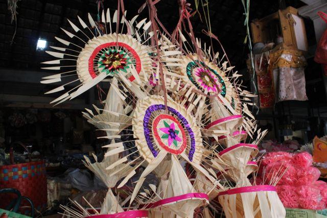 祭礼用品のお店。祭礼用具を入れておく竹編みのカゴやお飾りはとてもカラフル