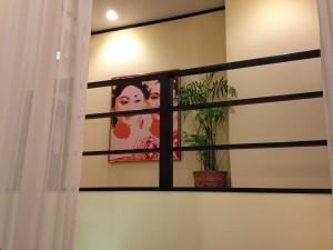 2階施術コーナーに飾られたBOLIの作品
