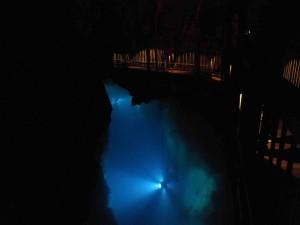 地底湖の上に渡した通路。足下には深さ35mのドラゴンブルーに輝く世界が