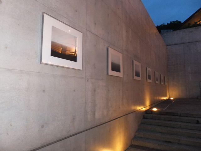 海の見える場所に展示された杉本さんの作品