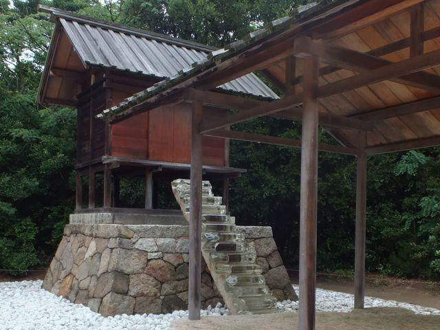 御王神社。レンズなどに使用される光学ガラスが使われた階段。地下にある石室から繋がっています。