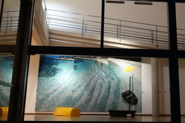 ベネッセミュージアムに展示されているジェニファー・バートレットの『黄色と黒のボート』