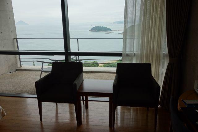 外には広いテラスがあり、7月8日のブログはここで波の音を聴きながら書きました。