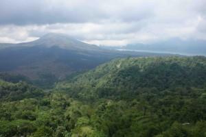 バトゥール山を望む。右上がバトゥール湖