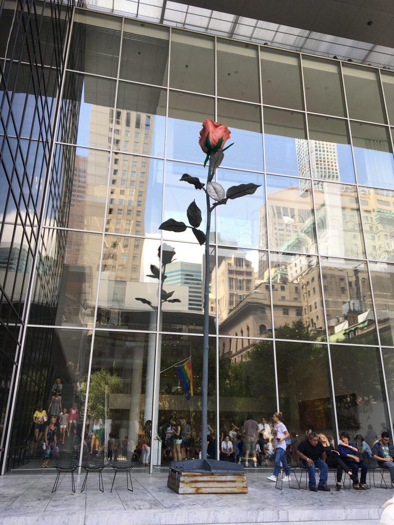 今度は中庭に出てMoMAの建物を見上げてみました。ガラス張りの壁に街並みが映り、バラのオブジェが咲き誇っていました。