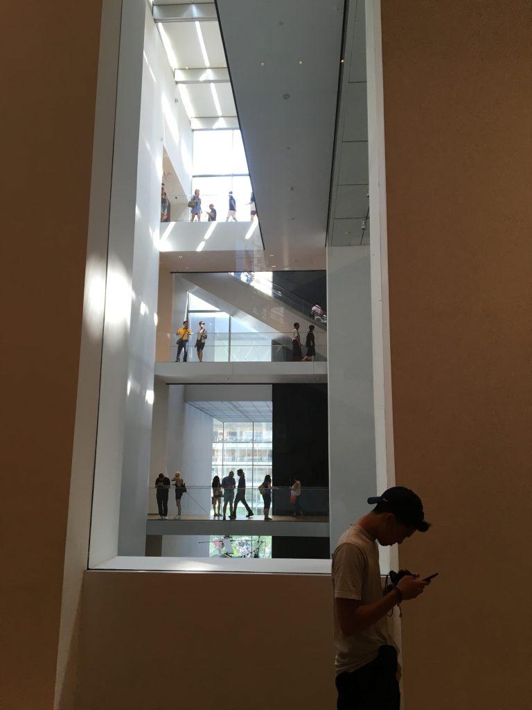 建物は中心が最上階まで吹き抜けになっています。ところどころに切り取られた隙間から見える風景は、異次元を覗いている感じ